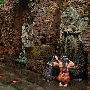 2 women under Dewi Laksmi statue