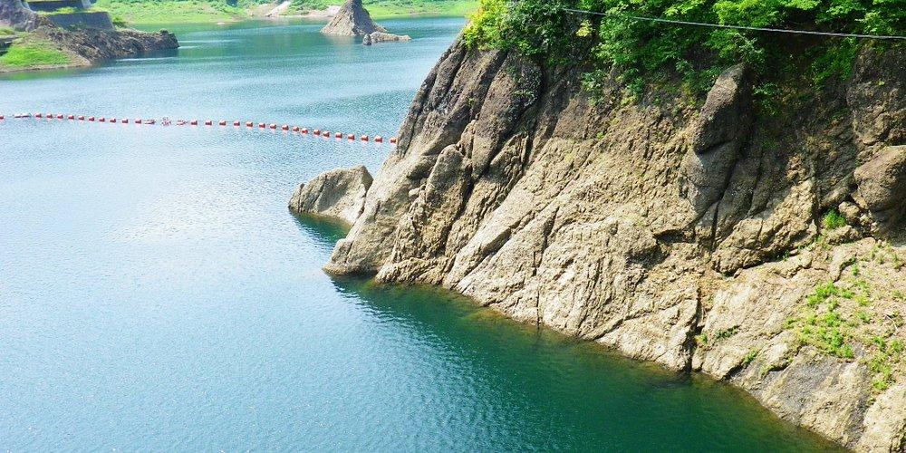 ダム湖は青く。
