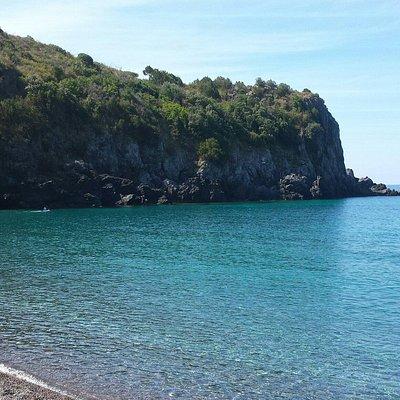 Il tratto di spiaggia verso gli scogli