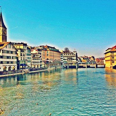 Vista da Fraumünster com o Rio Limmat.
