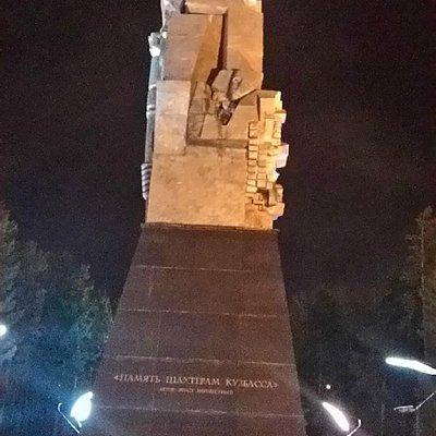 Сам памятник шахтерам.