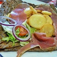 La montagnarde (jambon de pays, pommes de terre, raclette)