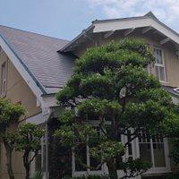 褐色の壁と白い窓枠が特徴
