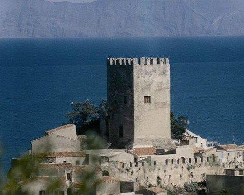 Il Castello di Brolo con le Isole Eolie sullo sfondo