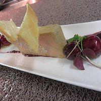 Foie gras et cerises rôties.