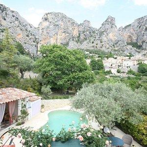 vue piscine et village