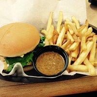 Cheeseburger w/ fries (side chili)