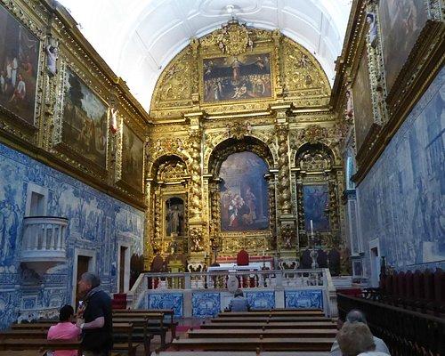 L'altare maggiore. Nella foto si vedono i dipinto che sovrastano gli azulejos
