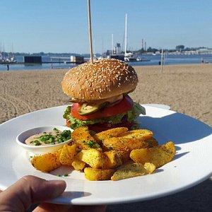 Delicious burger in Kipsalas pludmale caffe called Omes Brilianti! :)