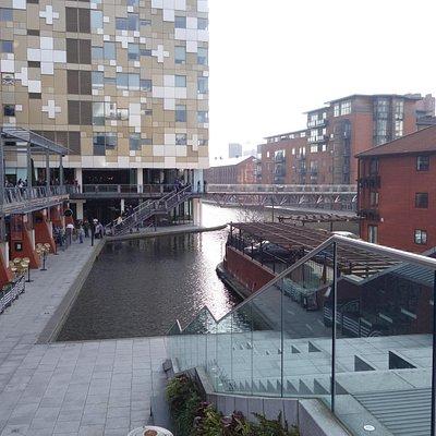 運河に面したレストラン