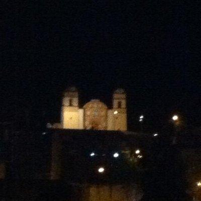 Huaytará en la noche con el templo