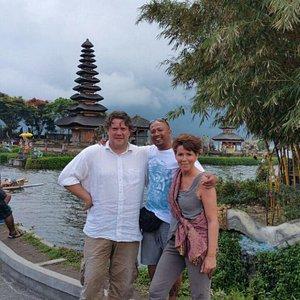 Katrin, Holger und Dewa am Pura Ulun Danu Tempel