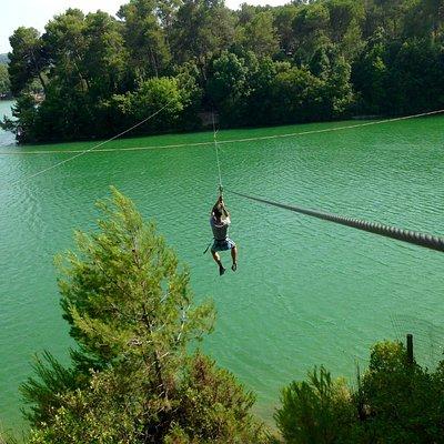 Double tyrolienne au dessus du lac, magnifique!