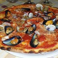 Une très bonne pizza. Avec de vrais fruits de mer