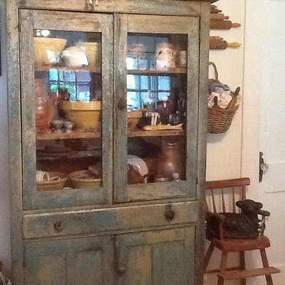 A cute prim cupboard I bought a few years ago from here.