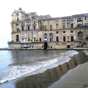 Spiaggia con vista Palazzo Donn' Anna sullo sfondo