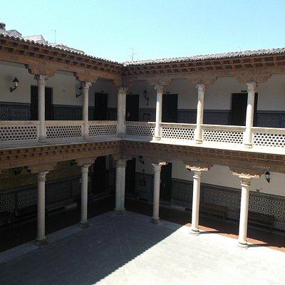 Guadalajara, España, Palacio de Mendoza - Convento de La Piedad. Patio central.