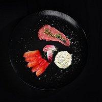 Saumon mariné à la betterave, à la coriandre et à l'orange, houmous de betterave