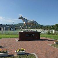 オグリキャプ像と優駿記念館