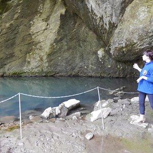 Глубочайшее озеро у входа (более 80м глубина)  Вода в нем перламутровая, много сероводорода, инт