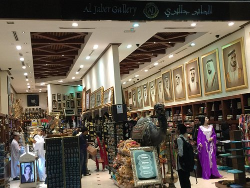 Spacious & great selection of gifts & souvenirs