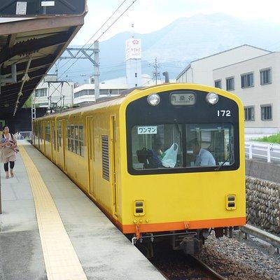 阿下喜駅停車中の西桑名駅行き
