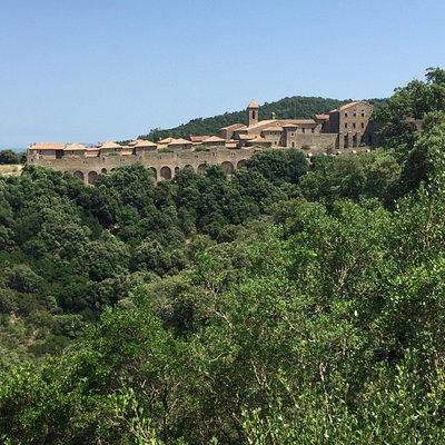 Un magnifico monastero abbarbicato sul massiccio!!