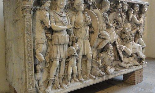 Мраморный саркофаг римского военачальника Флавия Иовина