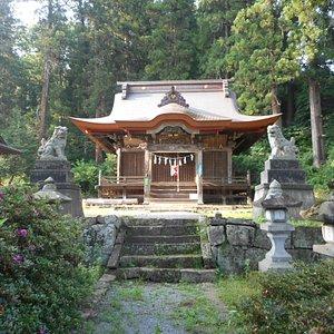 神殿と左端にはお神楽を奉納する舞台もある