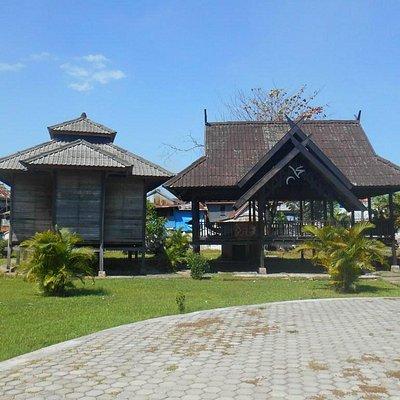 Bangunan kayu di kompleks makam