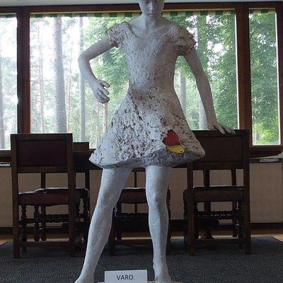 Staty i utställningsrummet
