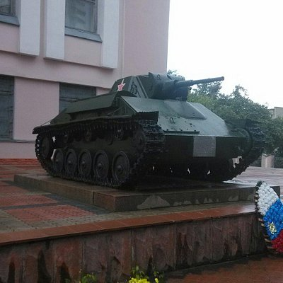 Т-70 у входа в музей