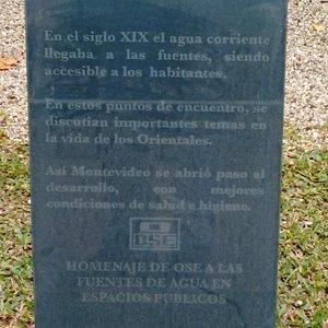 Placa no chafariz da Plaza Constitución