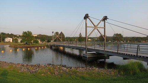 Pont piétonnier et cycliste donnant accès au Parc des Îles.