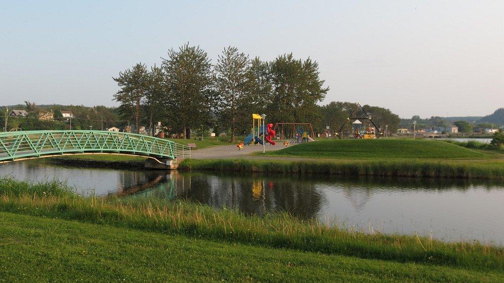 Un des multiples ponts piétonniers du Parc des Îles.