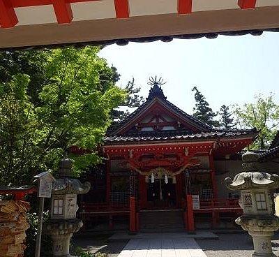 緑の中の神社。