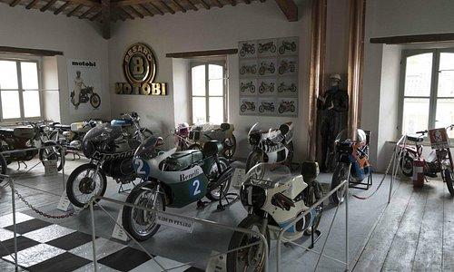 La sala superiore con alcune moto da corsa i Motobi e tutti i 48cc