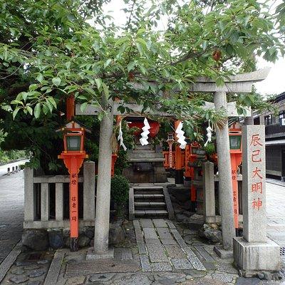二つの通りが合流する地点にある大明神。京都が舞台のTVドラマの撮影名所です。撮影は大げさではなく、毎週のように実施されています。