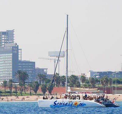 catamaran frente a barcelona