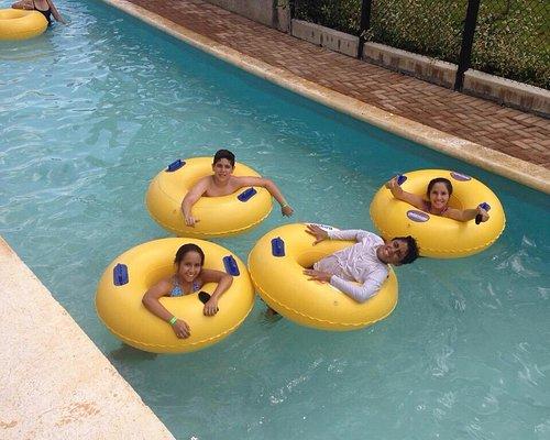 Mis hijos disfrutando de las piscinas y toboganes de acualago.. Fue muy divertido. Verdad para v