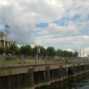 Набережная и здание речного вокзала (вид с теплохода)