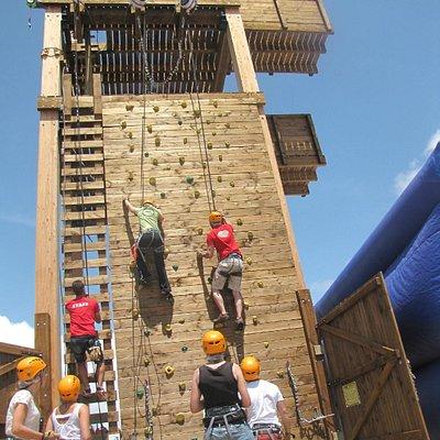 Mur d'escalade de la tour d'aventure.