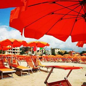 Lido Beach & Life Resort: Spiaggia, piscina, bar e luogo di incontro