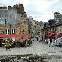 vue du restaurant et sa terrasse (de l'entrée du château)