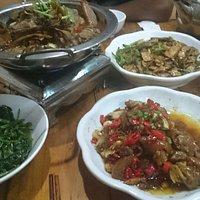 値段も安く、味もよい、昔の中国を感じさせる店内、本場湘菜と白酒美味美味