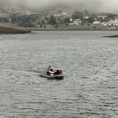 Zarpando del Centro Ornitológico de La Población para ver el Embalse del Ebro desde otra perspec
