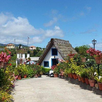 Petite maison traditionnelle de Santana. Passées les 5 maisonnettes à tout sets,  déambuler dans
