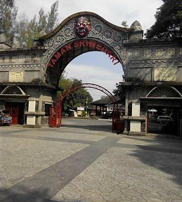 gerbang sriwedari