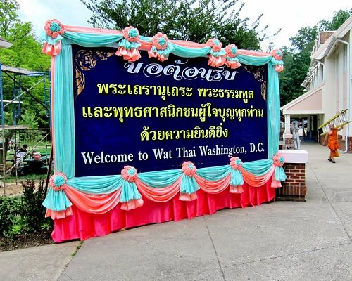 Welcome sign for the wat written in Thai and English