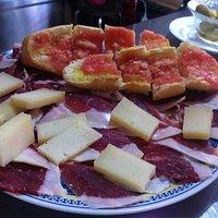 Surtido de embutidos y pan con tomate para acompañar